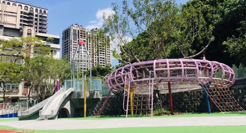 基隆市改造全市38所公立國小的兒童遊戲場,近日各校總務人員還到雙北的學校、公園取經。(基隆市教育處提供)
