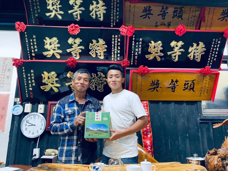 23歲石碇農友葉承軒(右)奪下「全國製茶技術競賽」冠軍,左為父親葉文鵬。(新北市政府農業局提供)