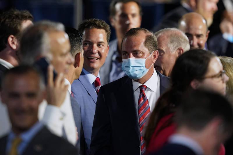 美國衛生部長阿札爾27日在美國白宮參加共和黨全國代表大會,眾人中唯獨他戴上淺藍色口罩,相當突出。(美聯社)