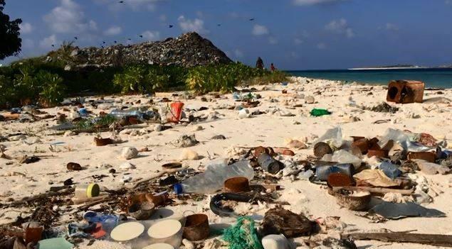 知名旅遊勝地馬爾地夫成「垃圾島」,海洋塑膠微粒密度是全球最高的地區之一。(圖擷自福林德斯大學網站)