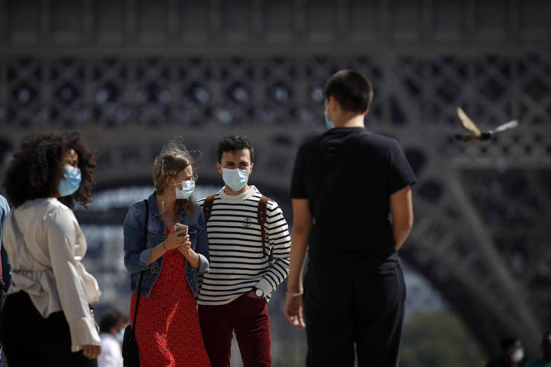 法國28日新增7379例確診,逼近歷史紀錄。圖為首都巴黎的民眾配戴口罩防疫。(歐新社)