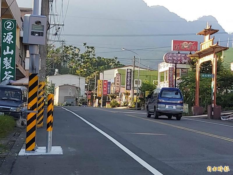 溪頭聯外道路縣道151延溪公路10.07公里處新設置的固定測速桿,9月1日將啟用。(記者張協昇攝)