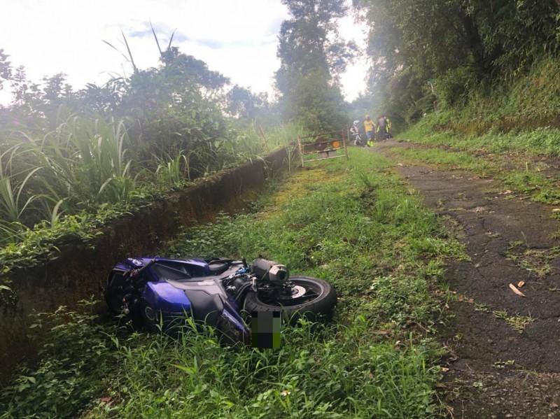 重機摔落北宜公路邊坡。(記者徐聖倫翻攝)