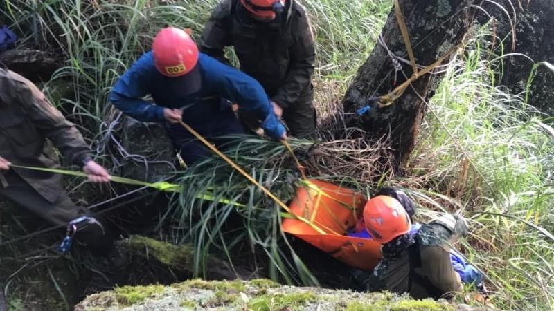 救難隊員以繩索將傷者從深谷中拉起。(圖由苗栗消防局特搜隊小隊長徐志元提供)