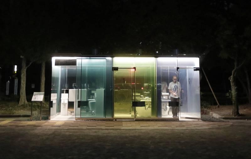 日本東京澀谷出現「透明公廁」,沒有人使用時玻璃牆壁是透明的可以看到裡面。(美聯社)