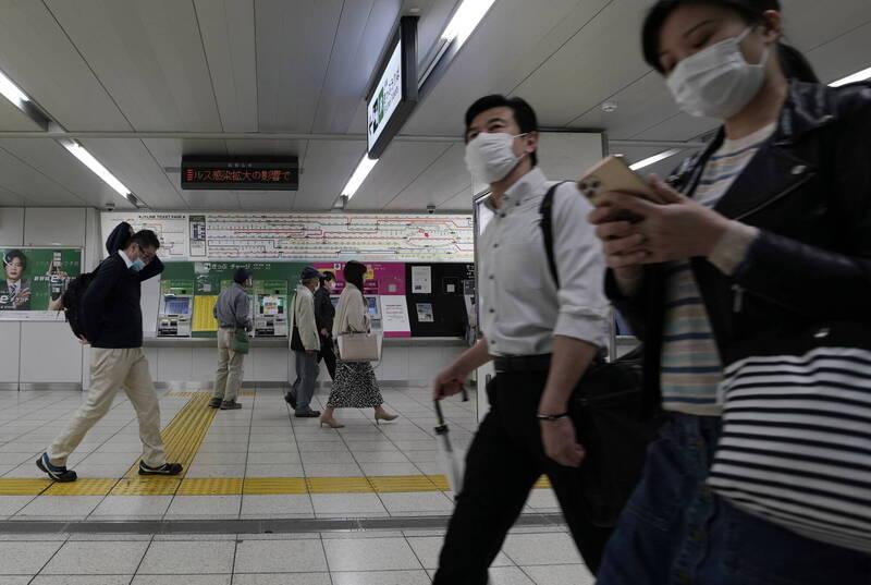 日本29日全境新增845例確診病例、11例死亡病例,為連續第4日維持800例以上。圖為東京池袋車站一景。(歐新社)