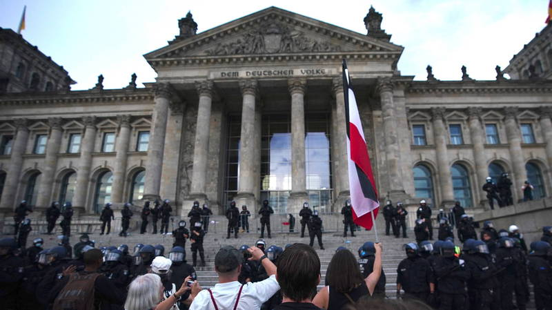 德國反防疫示威者在國會大廈前抗議,警方也緊急增加大廈周邊警力。(歐新社)