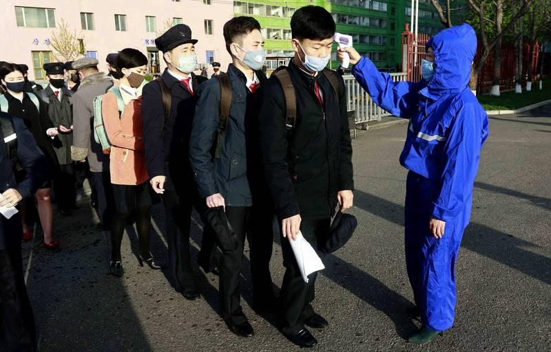 世界衛生組織(WHO)表示,自從武漢肺炎疫情大流行以來,北韓至今仍向WHO通報境內零確診。圖為平壤大學生入校時接受體溫檢查。(美聯社)