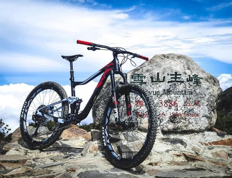 海拔3886公尺的全台第二高峰雪山主峰頂,出現自行車照,真是也愛騎自行車的山友一路扛上去的。(車友提供)