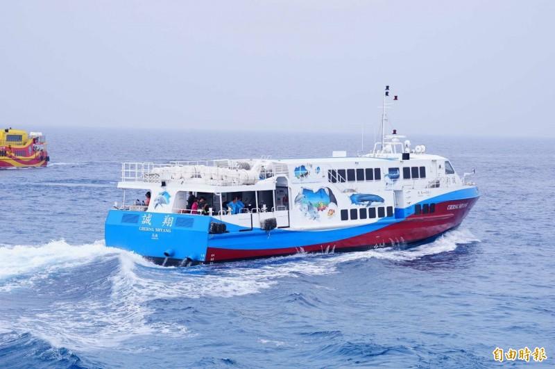 小琉球公船甫上架定期檢查、保養,未及回歸航線,受公船之託,民營船誠翔輪日前在臉書公布載送乘客的時間。(記者陳彥廷攝)