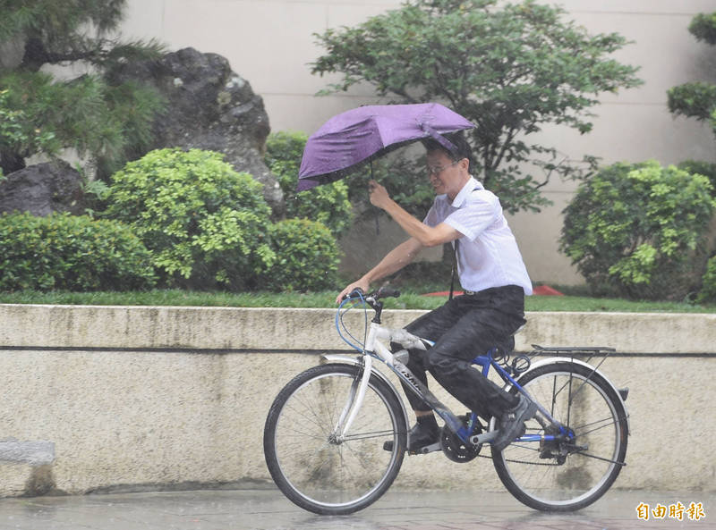 明日天氣受颱風外圍環流影響,北部及東北部有間歇陣雨,有局部較大雨勢發生的機率,下午隨著颱風北上降雨將趨緩,其他地區為多雲、午後有局部短暫雷陣雨。(記者劉信德攝)