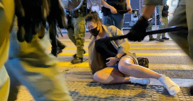 昨(31)日適逢香港831太子站警暴事件一周年,港人31日發起反警暴示威,期間一名孕婦遭港警箍住頸部後再被扳倒在地。(港媒Studio Incendo授權提供)<br /><p>