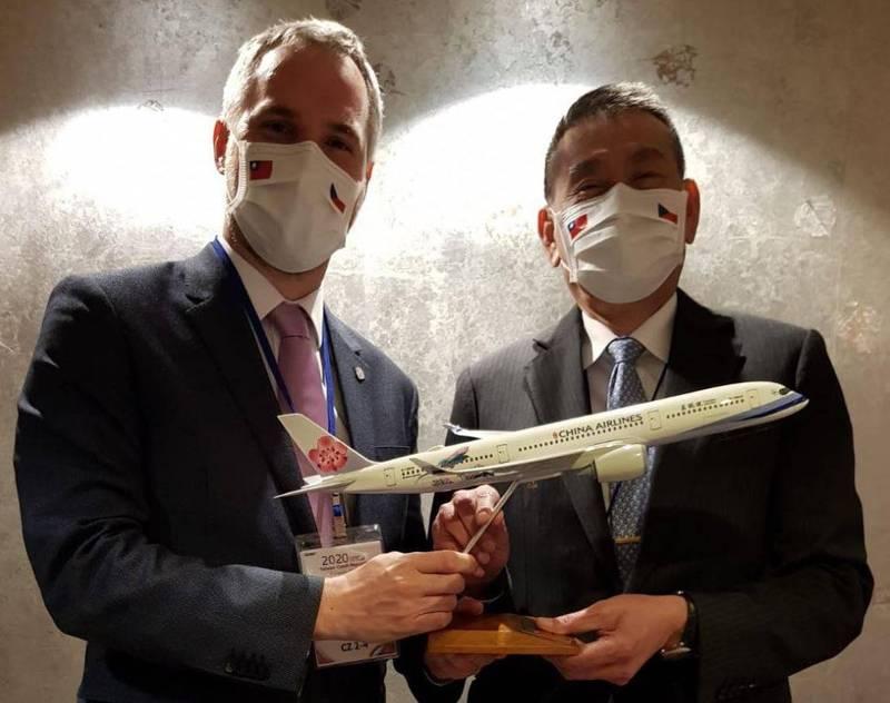 捷克首都布拉格市長賀吉普今日發文強調,華航是來自台灣的官方名字「中華民國」,跟「中國」(China)一點關係都沒有。(圖擷取自臉書_Zdeněk Hřib - primátor Prahy)