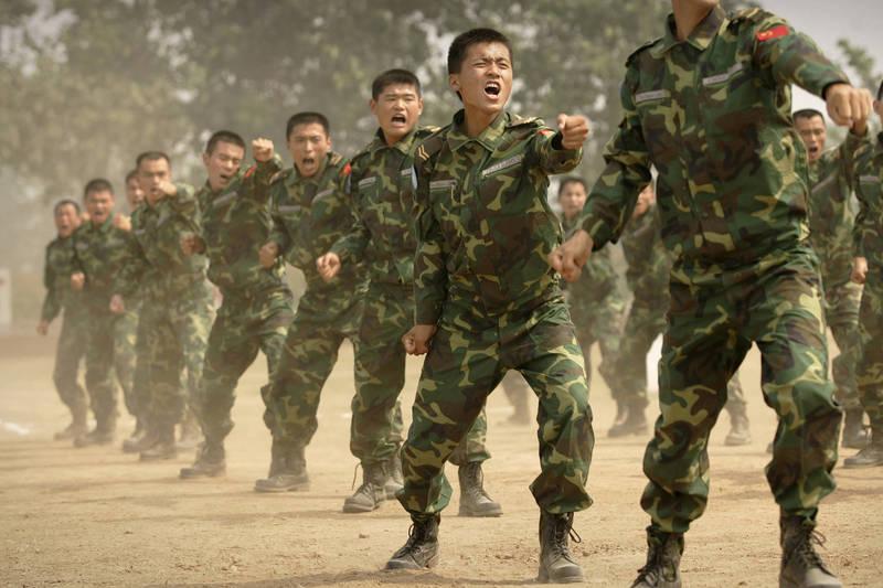 台灣國防部「109年中共軍力報告書」指出,「共軍在對台戰術的運作上,仍然受到台灣海峽自然地理環境的限制,共軍登陸裝備和後勤能力不足。」(法新社檔案照)