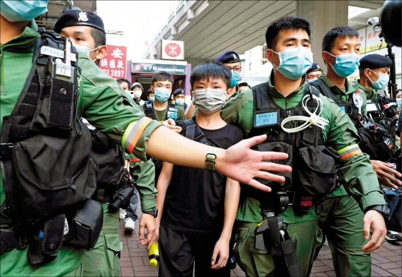 香港民眾8月31日在地鐵太子站發起紀念活動,一名參與少年遭警方帶走。(美聯社)