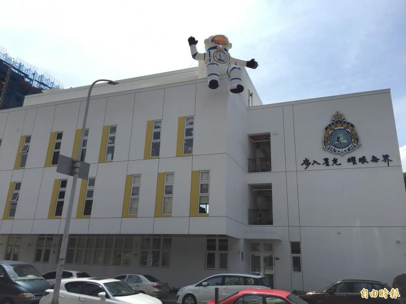中市新增實驗機構「星光實驗教育」,校舍有 太空人「坐鎮」,學生更能跟著NASA太空人上課。(記者蘇孟娟攝)