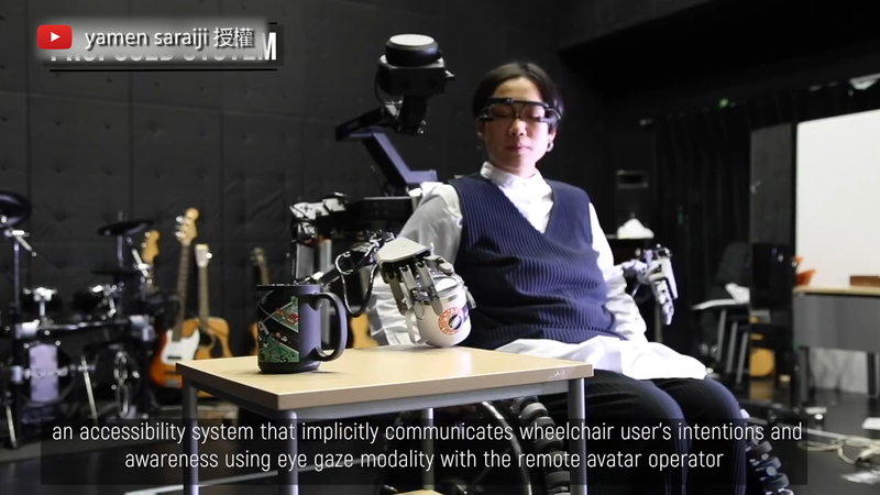 「SlideFusion」利用眼神注視的方式操控身後的機器人。(圖片由Youtube頻道yamen saraiji授權提供使用)