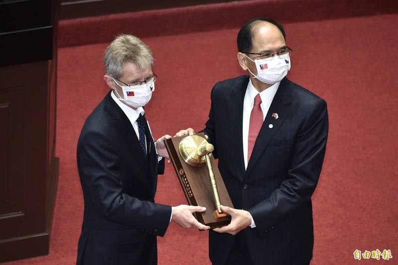 游錫堃代表立法院頒贈「國會外交一等榮譽獎章」與「國會紀念議事槌」予捷克參議長韋德齊。(記者塗建榮攝)