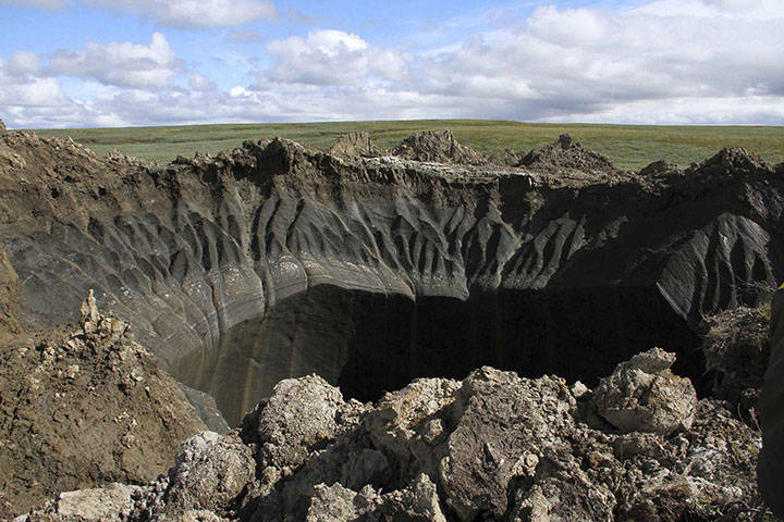 位於俄羅斯北極圈內的凍原帶(tundra)近日突然發生一起爆炸,炸出一個深達165英尺(約50公尺)的超級大洞,當地居民議論紛紛,外星人來過、俄羅斯進行核武試爆等傳聞不斷。(圖擷取自推特)