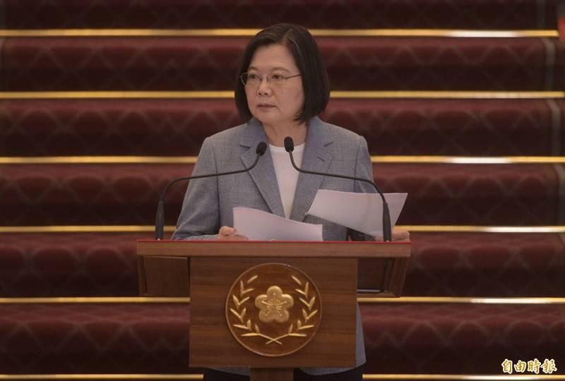 總統蔡英文(見圖)表示,「只要我們堅持信念、抬頭挺胸,我們必然會贏得世界的尊敬,因為我們是台灣人。」 (資料照)