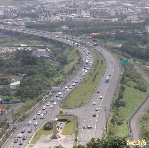 中秋及國慶連假國道管制措施出爐 ,高公局預估國5將湧現車潮,將提前實施高乘載管制。(示意圖)