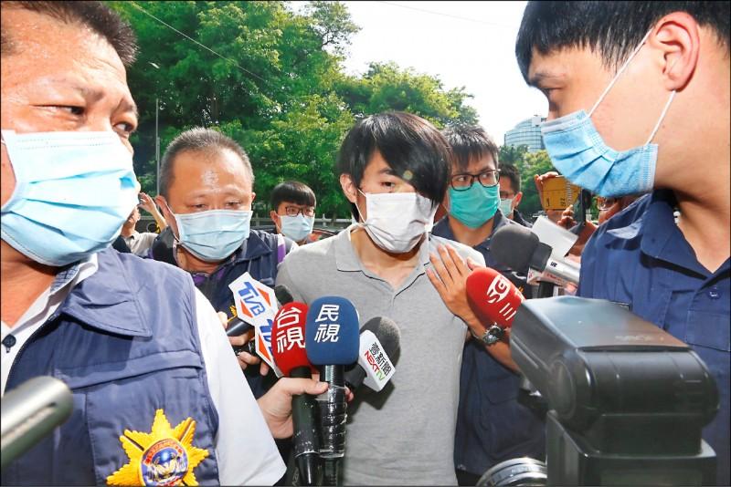 高雄失聯國中少女1日被尋獲,警方將羅育祥(中)帶往 高雄警局展開進一步調查。 (中央社)