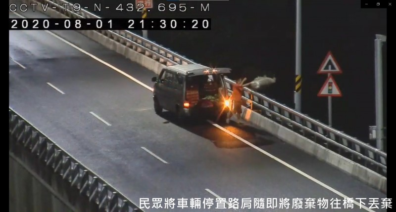 廂型車載垃圾到南迴安朔到森永間的高架橋往下丟棄。(記者黃明堂翻攝)