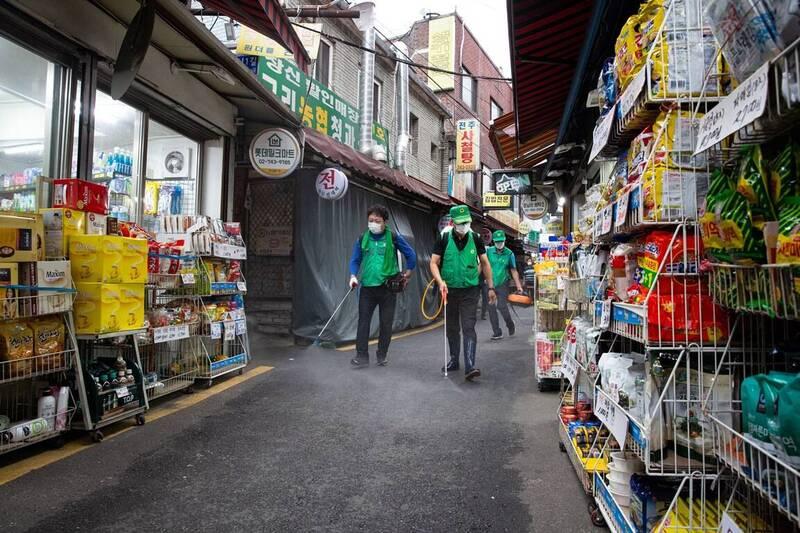南韓防疫單位今日公告,1日新增267例確診,絕大多數為本土病例並集中在首都圈。圖為首爾市工作人員對街道進行消毒畫面。(歐新社)