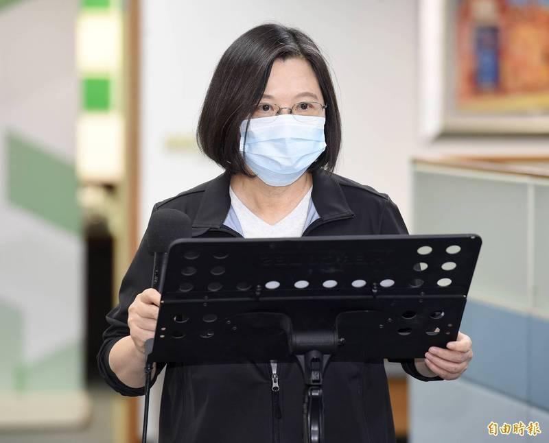 針對新版護照封面樣式,蔡英文表示,這是台灣人和常常出國的人的共同願望,在立法院做過相關決議後,行政部門積極展開作業。(記者朱沛雄攝)