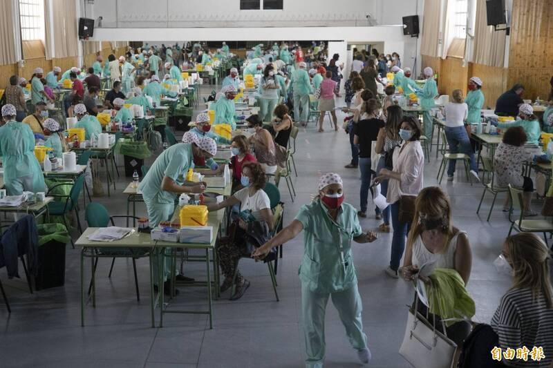法新社彙整官方數據,截至台灣時間2日晚間7時,全球至少至少2580萬7000人感染武漢肺炎,其中85萬7824人死亡。圖為西班牙臨時通知全國教師接受核酸檢測。(美聯社)