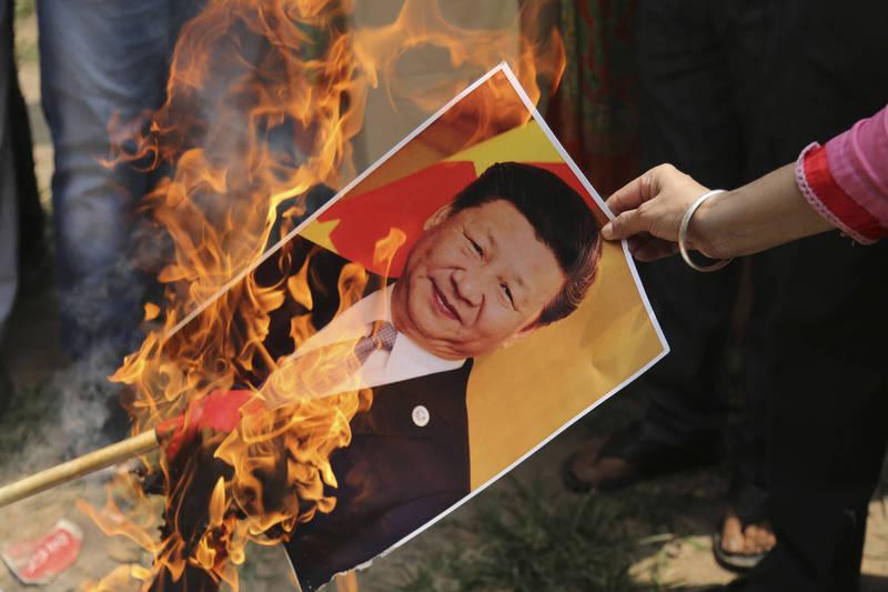 中國又與印度在邊界地帶爆發衝突,《環球時報》對此狠嗆聲。圖為印度民眾抗議中國。(美聯社檔案照)