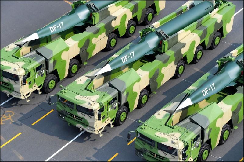 美國國防部一日公布「二○二○年中國軍力報告書」,內容提到中共核彈頭數量將在十年內倍增,對台最有威脅的短程飛彈與巡弋飛彈超過九百枚。圖為東風-17高超音速彈道飛彈。(歐新社檔案照)