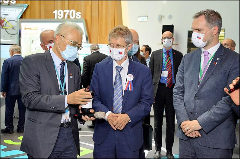 工研院副院長張培仁(左),向韋德齊(中),介紹工研院「核酸分子檢測系統(簡稱疫開罐)」。右為布拉格市市長賀瑞普。(工研院提供)