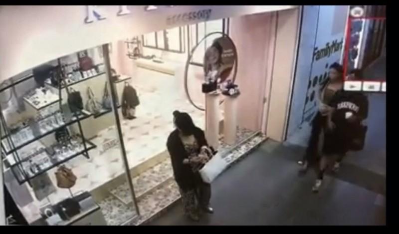 女竊賊先站在店門口觀望後進入。(擷自爆料公社)
