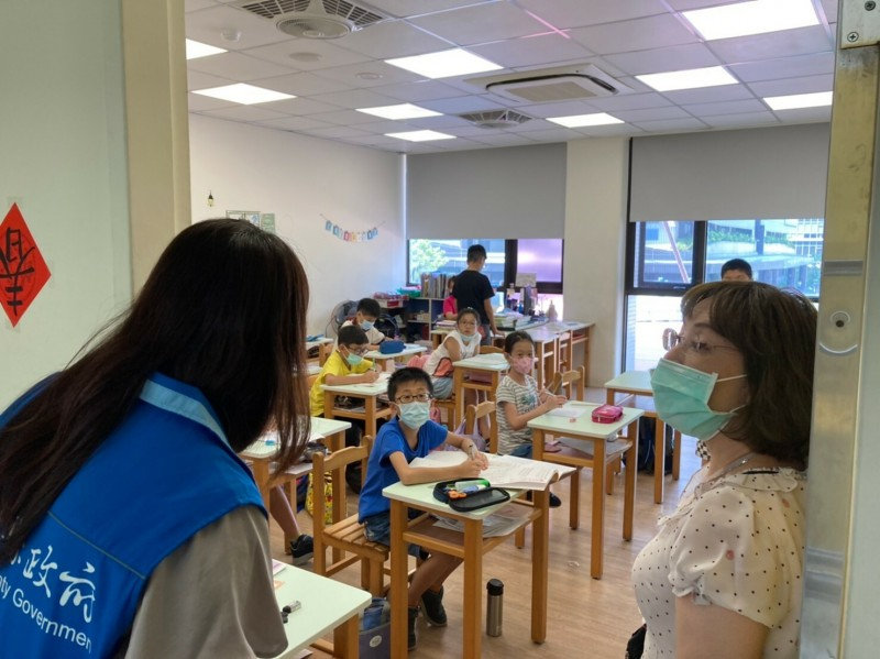 開學第4天,新竹縣政府教育處今天對境內的大型課後補習班業者等進行防疫措施的查察和督導。(圖由縣府提供)