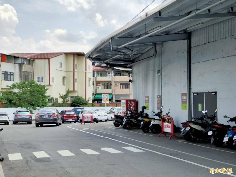 發生鬥毆的賣場停車場平時人車往來頻繁,嫌犯光天化日下動手打人,十分囂張。(記者佟振國攝)
