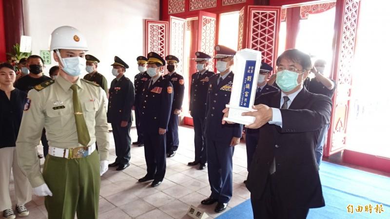 台南市長黃偉哲(右前一)為殉職飛官少校劉鎮富牌位舉行入祀南區忠烈祠儀式。(記者王俊忠攝)