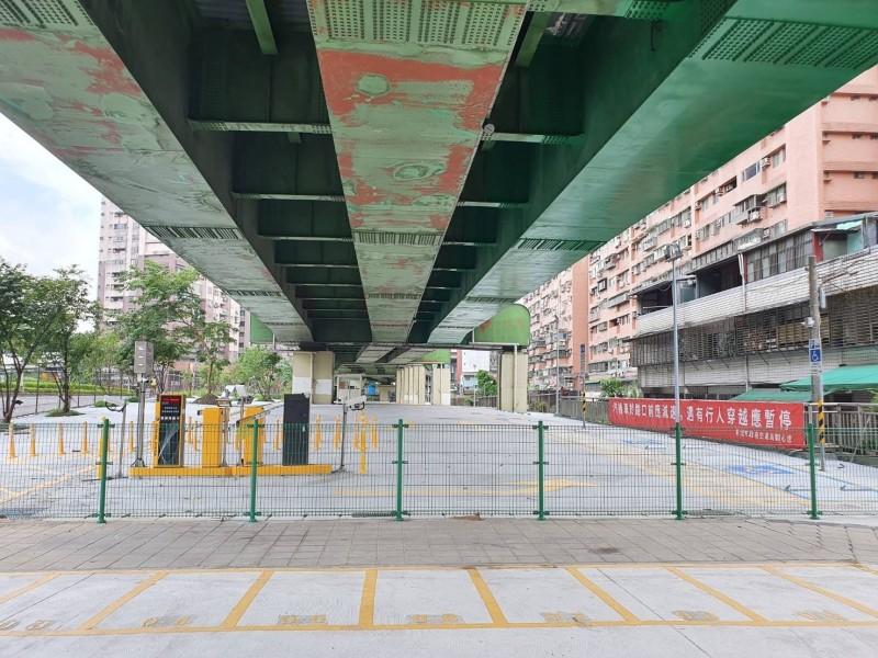 新北市汐止區建成段平面停車場自9月10日起試營運,為了回饋鄉親,98個小型車停車位開放免費停車至9月30日。(記者俞肇福翻攝)