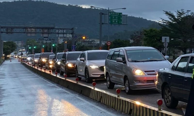 每逢長假期,前往蘇花改的車輛經常大排長龍。(資料照,記者江志雄翻攝)