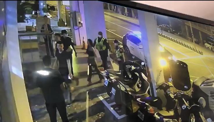 台南一間酒店凌晨傳出鬥毆,警方5分鐘瞬間集結壓制。(記者王捷翻攝)