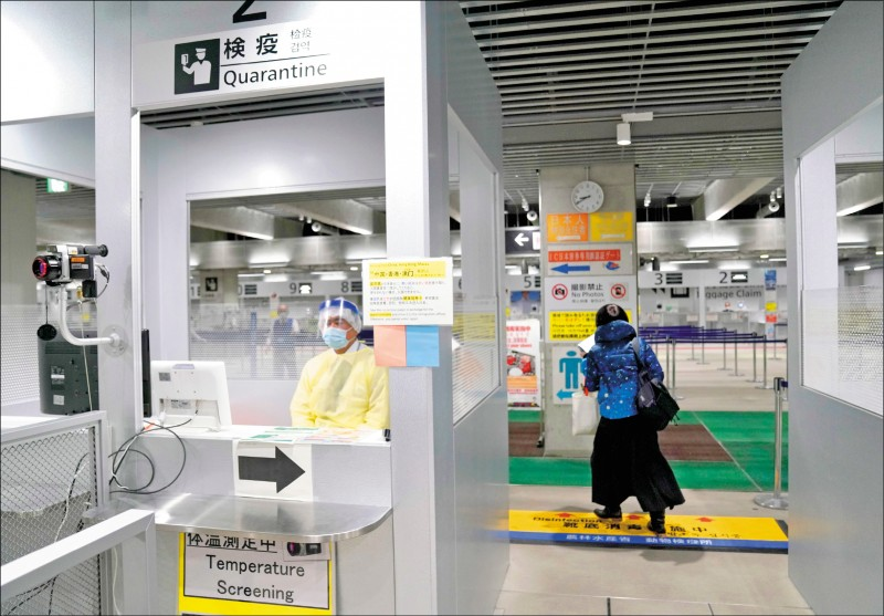 中央流行疫情指揮中心昨公布,接獲日本官方單位通知,檢出1例自台灣入境的武漢肺炎陽性個案。圖為日本成田國際機場檢疫通道。 (歐新社檔案照)