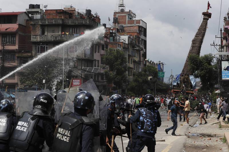 受到武漢肺炎疫情影響,尼泊爾當局實施封鎖禁令,並試圖阻止今日在勒利德布爾舉行的拉托馬欽德拉納特佛教遊行,導致警民衝突。(美聯社)