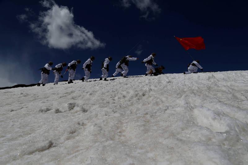 中國解放軍派駐在中印邊界的官兵大多是習慣生活在低海拔地區的漢族,不容易適應高原惡劣環境。(路透檔案照)