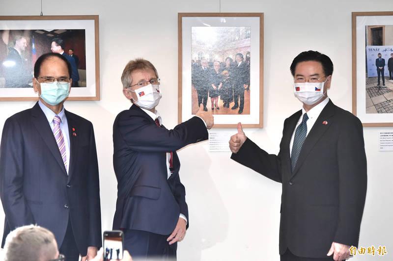 捷克參議院議長韋德齊(中)率團訪台。左為立法院長游錫堃、右為外交部長吳釗燮。(記者塗建榮攝)