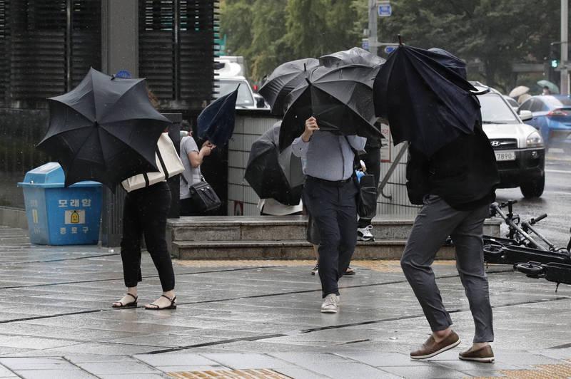 南韓防疫單位今日公告,9月2日增195例確診。圖為昨日颱風梅莎侵襲下的首爾市街景。(美聯社)