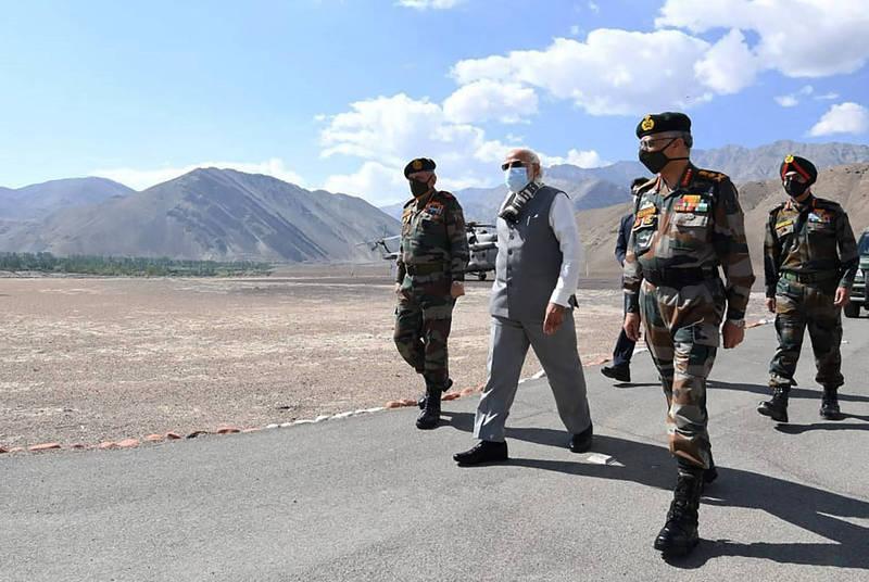 印度8月底成功抵禦解放軍軍事行動。圖為印度總理莫迪(左二)7月視察前線。(美聯社檔案照)