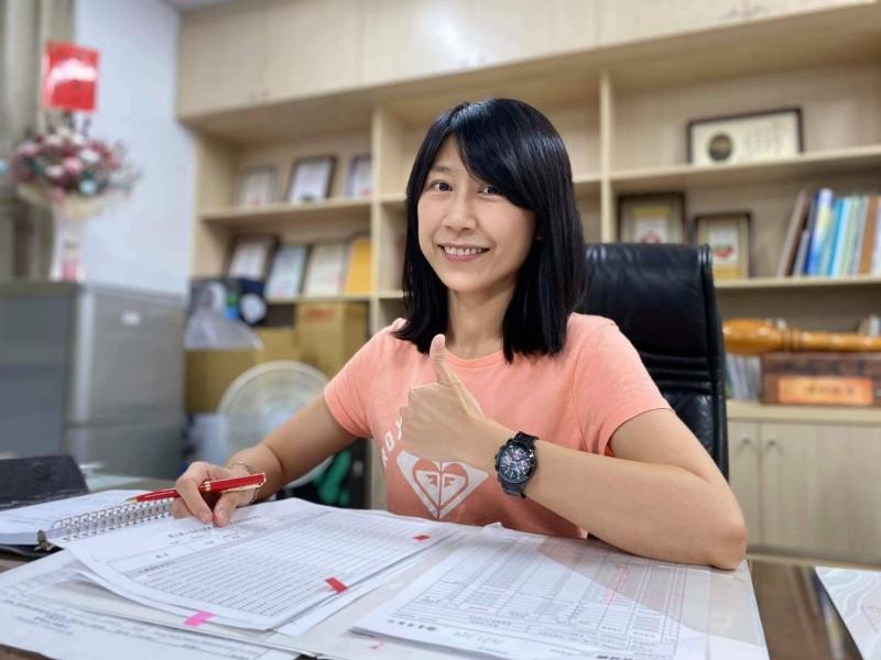 王怡婷與老公PK勝出,出任關山工商校長,也成為師生口中津津樂道的「正妹校長」。(記者陳賢義翻攝)