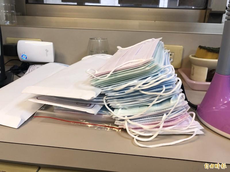 有藥師指出,藥局回收口罩後還要協助分裝,加重不少工作量。(記者周湘芸攝)