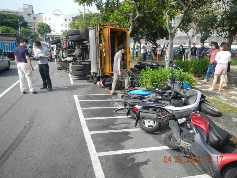 垃圾車翻覆,波及路邊機車與單車。(記者洪定宏翻攝)