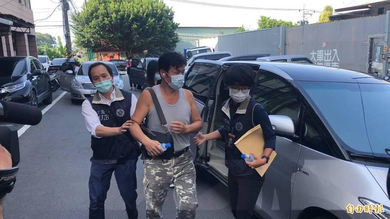 加利科技老闆林明進(中)涉嫌在實名制口罩中混入中國製口罩。(記者周湘芸攝)